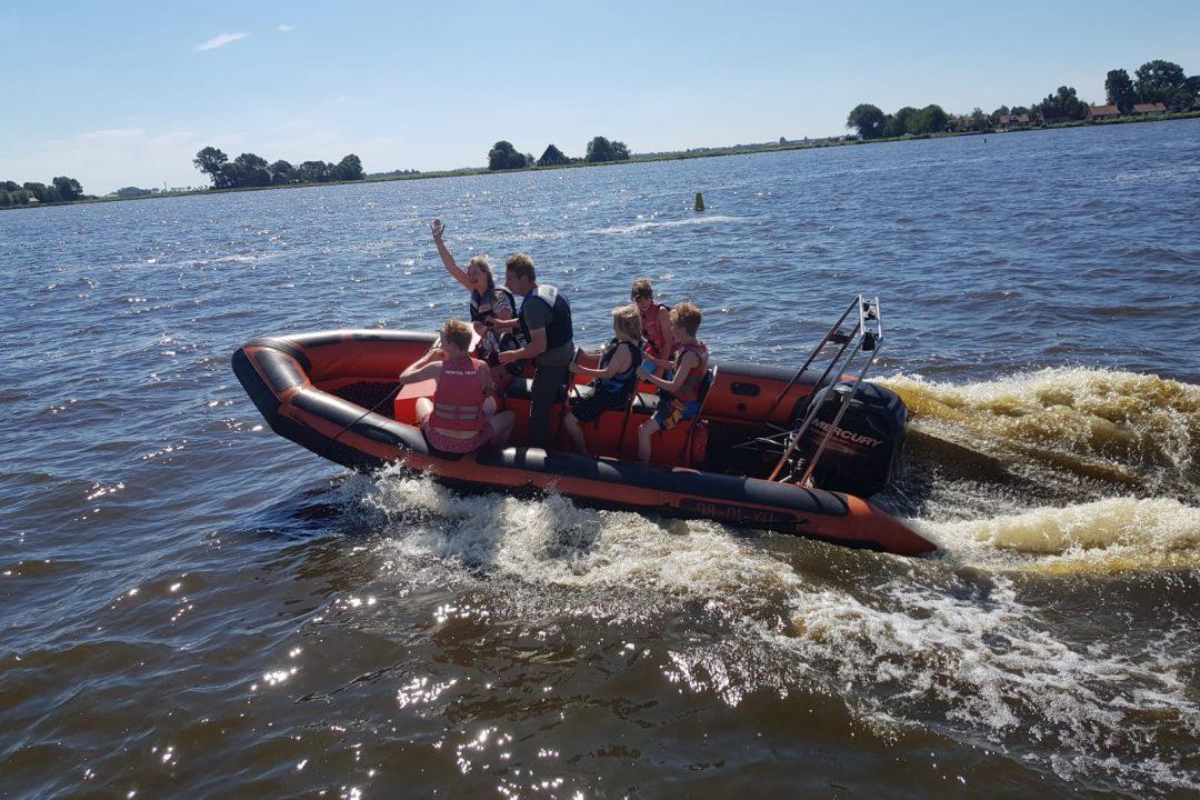 varen met de speedboot tijdens schookamp