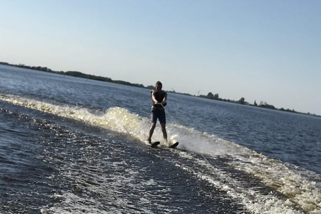 Waterskiën tijdens een vrijgezellenfeest in Friesland