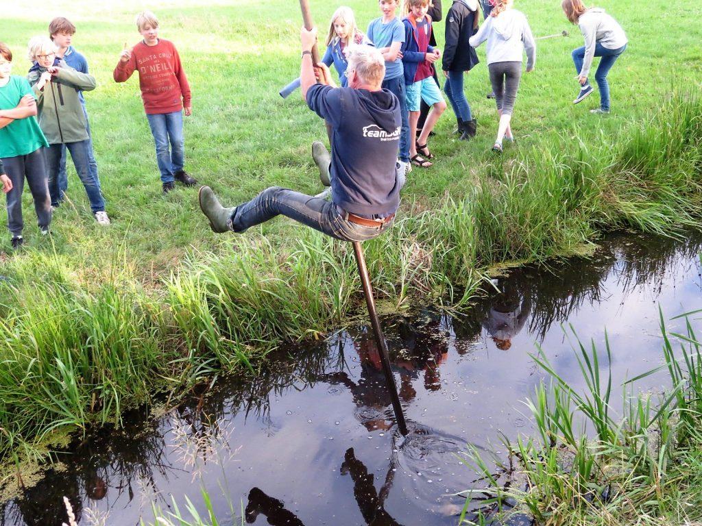 Fierljeppen tijdens een bedrijfsuitje in Friesland