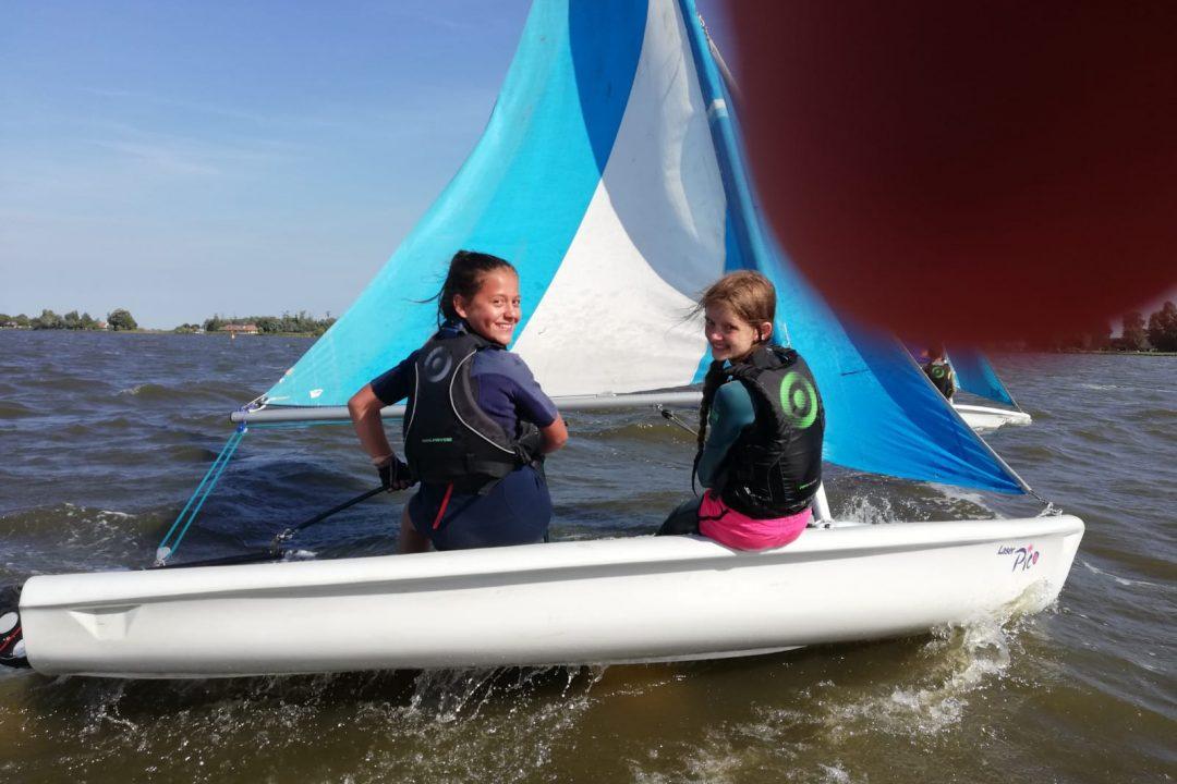 Kinderen leren zeilen in Friesland
